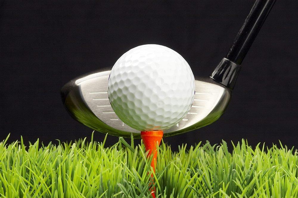 Golfball auf dem Tee
