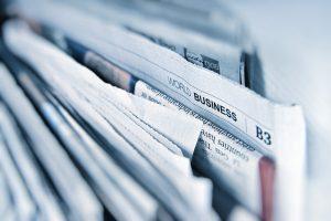 Ein Stapel Wirtschaftszeitungen